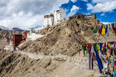 Namgyal Tsemo Gompa, buddistisk kloster i Leh på solnedgången med dramatisk himmel. Ladakh Indien. Royaltyfria Bilder