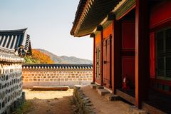 Namhansanseong fästning, koreanskt gammalt traditionellt hus med höstlönn på Gwangju, Korea royaltyfri fotografi