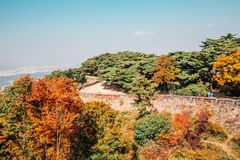 Namhansanseong forteca i jesieni klonowi drzewa w Korea Zdjęcie Stock