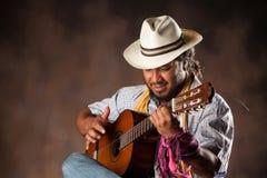 Namiętny Afro mężczyzna Bawić się gitarę Obrazy Stock