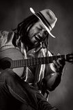 Namiętny Afro mężczyzna Bawić się gitarę Fotografia Royalty Free