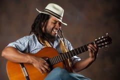Namiętny Afro mężczyzna Bawić się gitarę Obrazy Royalty Free