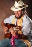 Namiętny Afro mężczyzna Bawić się gitarę Fotografia Stock