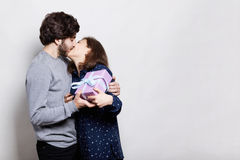 Namiętny buziak potomstwo para Szczęśliwa kobieta całuje jej chłopaka jest szczęśliwy i dziękczynny otrzymywać teraźniejszość od  zdjęcia stock