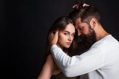 Namiętny mężczyzna delikatnie całuje pięknej kobiety z pragnieniem Potomstwo para ma namiętną intensywną płeć intimate zdjęcia royalty free