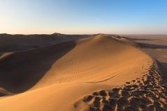 Namib pustynia, piasek diun odciski stopy, sceniczna grań przy zmierzchem, Sossusvlei, Swakopmund, Namib Naukluft park narodowy,  Zdjęcia Royalty Free