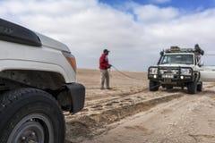 NAMIBE/ANGOLA - 26-ое октября 2017 - процесс отрывать автомобиль в пустыне Namibe стоковые изображения