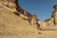 NAMIBE/ANGOLA 03NOV2018 - Jong meisje die in het midden van canions van de Namibe-Woestijn springen angola afrika royalty-vrije stock afbeelding