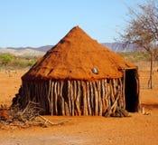 Namibië, Himba-huis is een eenvoudige die hut van een mengsel van aarde en veemest wordt gemaakt stock fotografie
