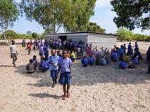 NAMIBIA, Kavango, am 15. Oktober: Namibische Schulkinder, die auf ein Mittagessen warten Kavango war die Region mit dem höchsten  Stockfoto