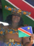 Namibian vrouw die in traditionele kleding Namibian vlag houden Royalty-vrije Stock Fotografie