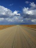 Namibischer Schotterweg lizenzfreies stockfoto