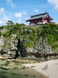 Naminoue-guu relikskrin i Okinawa ovanför en strand Arkivbild