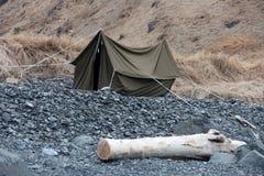 Namiot brezentowy na skalistym brzeg Zdjęcia Royalty Free