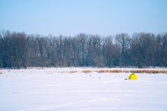 Namiot dla zima połowu na zamarzniętym jeziorze Zdjęcie Royalty Free