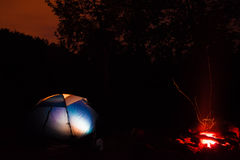 Namiot i ognisko przy nocą Fotografia Royalty Free