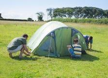 namiot kładzenie namiot Zdjęcie Stock