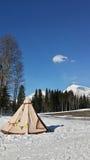 Namiot na śniegu w górach Obrazy Stock