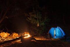 Namiotowy ognisko, obozuje rzeką fotografia stock