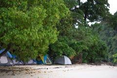 Namiotowy ustawiający na piasek plaży dla zostawać nocny z drzewo pokrywą i Zdjęcia Stock