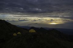 Namioty na góry rinjani przy zmierzchem fotografia royalty free