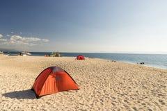 Namioty na plaży biały sandunder niebieskie niebo Fotografia Royalty Free