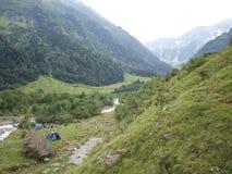 Namioty na wysokogórski halny urbachttal na rzece między górami Fotografia Stock