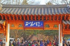 NAMISEOM - LISTOPAD 26: Turyści odwiedzają tradycyjnego koreańczyka c Zdjęcie Royalty Free