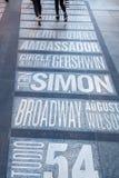 Namn av Broadway teatrar på Times Square i New York City royaltyfria bilder