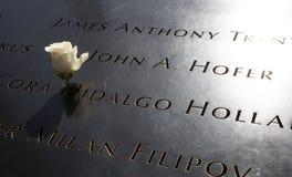 Namn av offer sned i den September 11 monumentet Royaltyfria Bilder