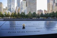 Namn och en ros på 9/11minnesmärkearna Arkivfoto