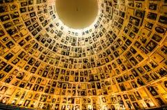 Namn och foto av förintelseoffer i Yad Vashem's Hall av namn royaltyfri fotografi