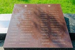Namnen av de som begravas i massgraven av soldater på den minnes- vinnande härligheten i Greaen Arkivbild