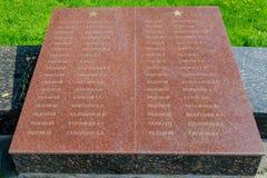 Namnen av de som begravas i massgraven av soldater på den minnes- vinnande härligheten i Greaen Arkivfoto