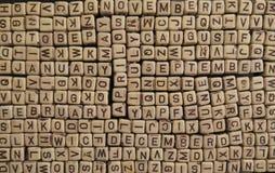 Namnen av månaderna komponerade av kuber med bokstäver som in doldes royaltyfria bilder