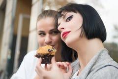 Namoradas com o muffin de blueberry em Paris, france foto de stock