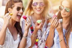 Namoradas felizes que penduram para fora na cidade no verão foto de stock royalty free