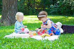 Namoradas que jogam no parque Fotografia de Stock Royalty Free