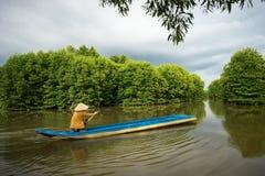 Namorzynowy las z łodzią rybacką w Ca Mau prowinci, Mekong delta, południe Wietnam obrazy royalty free
