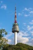 Namsan塔和蓝天在汉城,韩国 免版税库存图片