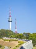 Namsan parkerar och tornet för N Seoul, Sydkorea Arkivbild