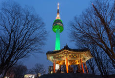 Namsan torn eller torn för N seoul på natten, seoul, Korea Arkivbild