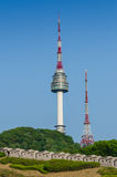 Namsan-Turm und die blauen Himmel oben in Seoul, Südkorea lizenzfreies stockfoto