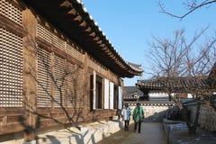 Namsangol Hanok by i vinter Arkivfoto