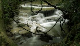 Namtok Huai Mae Khamin Waterfall lizenzfreies stockbild