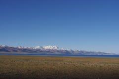 Namtso jezioro i śnieżne góry Obrazy Stock