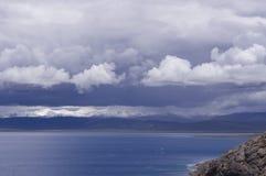 Namtso Jezioro i śniegu góra pod chmurą obraz stock