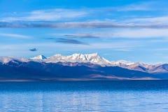 Namtso jezioro i Nyenchen Tanglha góry Fotografia Stock