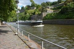 Namur, Belgien Ansicht über den Sambre-Fluss mit Schiff nahe der historischen Zitadelle stockbild