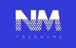 Nanómetro N M Dotted Letter Logo Design con el fondo azul Imagenes de archivo